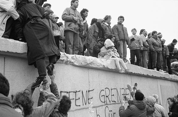 Graffiti「East Berliners Climb Wall」:写真・画像(2)[壁紙.com]