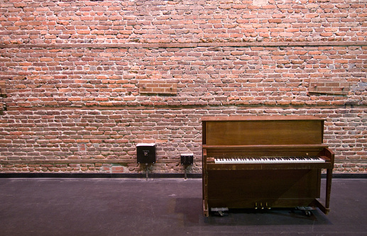 Backstage「Piano standing on backstage in theatre against brick wall」:スマホ壁紙(8)