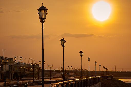 黒点「太陽日光夕焼け空通り、ランプの空」:スマホ壁紙(11)