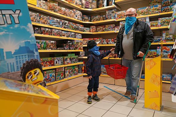 Parent「Stores Reopen In Berlin As Coronavirus Lockdown Eases」:写真・画像(19)[壁紙.com]