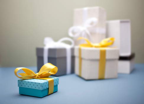 Gift「Small gift box with yellow bow, gifts behind it」:スマホ壁紙(8)