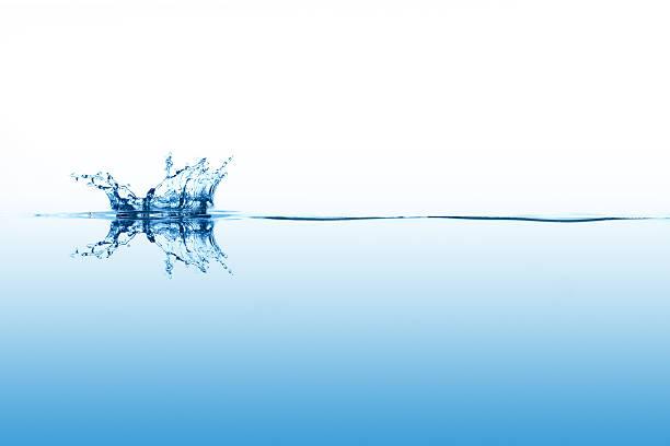 Smal splashing on calm surface of the water:スマホ壁紙(壁紙.com)