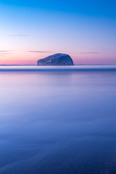 UK, Scotland, North Berwick, Firth of Forth, view to Bass Rock with lighthouse at sunset, long exposure:スマホ壁紙(壁紙.com)