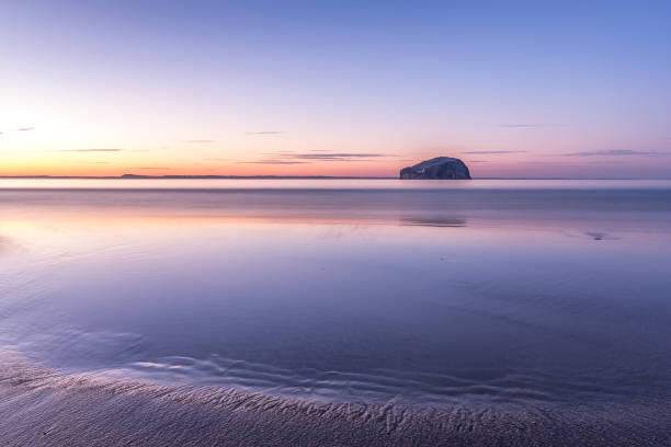 UK, Scotland, North Berwick, Firth of Forth, view of Bass Rock at sunset:スマホ壁紙(壁紙.com)