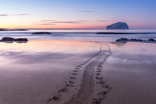 East Lothian「UK, Scotland, North Berwick, Firth of Forth, view to Bass Rock at sunset, long exposure」:スマホ壁紙(17)