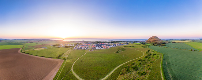 East Lothian「UK, Scotland, North Berwick, Aerial panorama of countryside town at summer sunset」:スマホ壁紙(7)