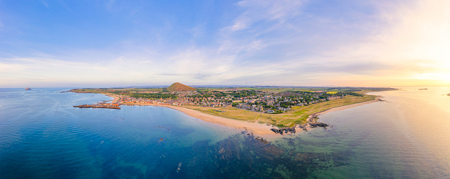 East Lothian「UK, Scotland, North Berwick, Drone view of Firth of Forth and coastal town in summer」:スマホ壁紙(6)