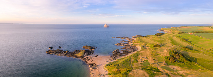 East Lothian「UK, Scotland, North Berwick, Drone view of Firth of Forth and coastal town in summer」:スマホ壁紙(8)