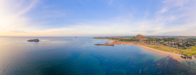 East Lothian「UK, Scotland, North Berwick, Drone view of Firth of Forth and coastal town in summer」:スマホ壁紙(5)