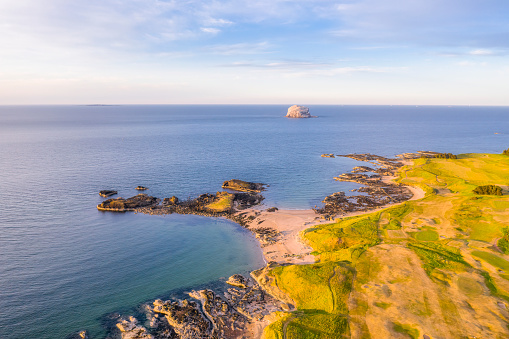 East Lothian「UK, Scotland, North Berwick, Drone view of Firth of Forth and coastal town in summer」:スマホ壁紙(9)