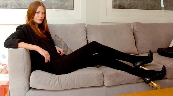 座る「Catherine McNeil」:写真・画像(17)[壁紙.com]