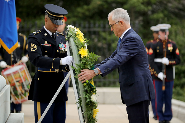 Chip Somodevilla「Australian PM Malcolm Turnbull Lays Wreath At Tomb Of The Unknown Soldier」:写真・画像(17)[壁紙.com]