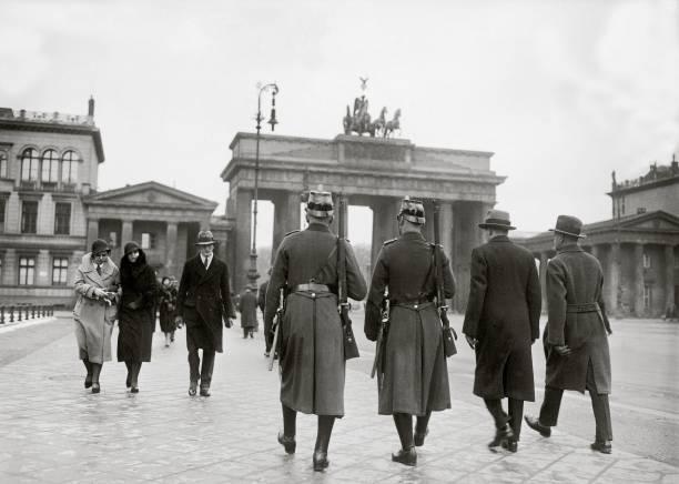 Policemen in front of the Brandenburg Gate:ニュース(壁紙.com)