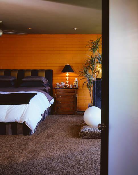 Orange brick bedroom with lush brown carpet:スマホ壁紙(壁紙.com)