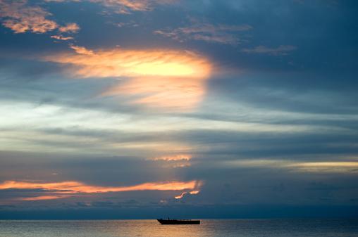 コンゴ民主共和国「アフリカの日没にタンガニーカ湖でボート」:スマホ壁紙(2)