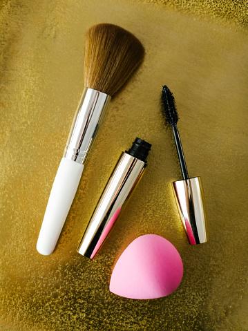 カラー背景「Mascara, make-up brush and small sponge on shiny background」:スマホ壁紙(19)