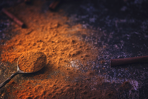 Cinnamon「Ground Cinnamon on Rustic Background」:スマホ壁紙(9)