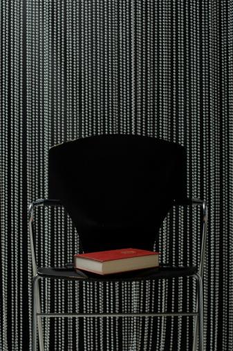 寂しさ「Book on chair」:スマホ壁紙(16)