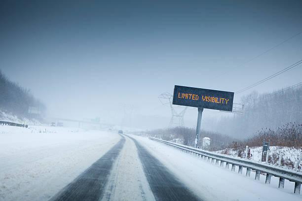 Snow storm on the highway:スマホ壁紙(壁紙.com)