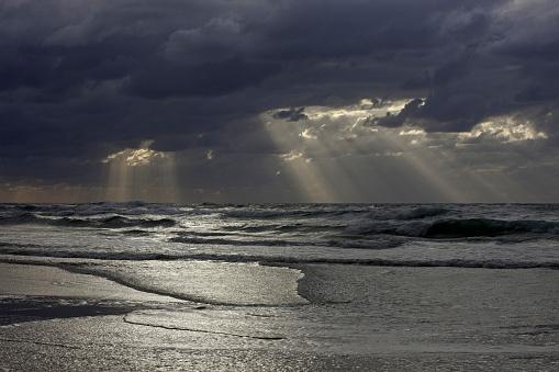 UNESCO「Sunrise during rain, Eastern Beach near the Pinnacles, Fraser Island, Australia.」:スマホ壁紙(13)