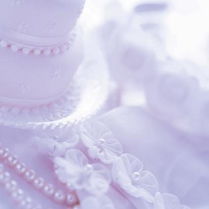 紫「Photography of a wedding cake and pearl necklace, In Focus, Out Focus, Differential Focus, High Angle View」:スマホ壁紙(14)