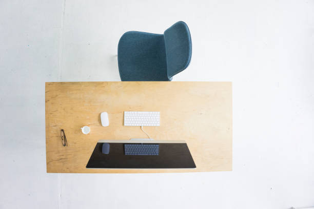 Desk in office seen from above:スマホ壁紙(壁紙.com)