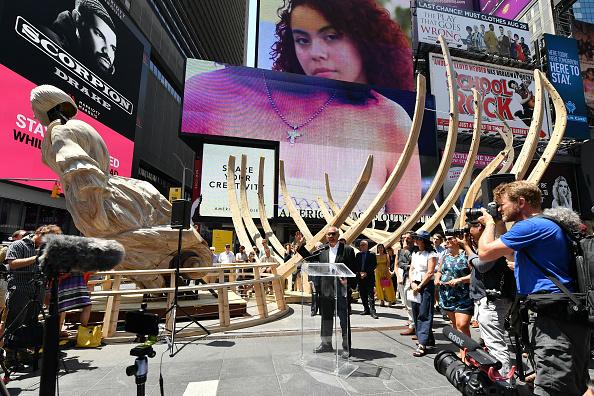 ミッドタウンマンハッタン「Artist Mel Chin's 'Wake' And 'Unmoored' Unveiled In Times Square」:写真・画像(14)[壁紙.com]