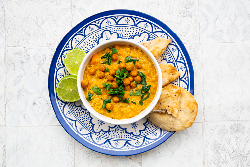 Naan Bread「Vegan lentil curry with red lentils, sweet potatoes, spinach, roasted turmeric, chickpeas, with lime juice and coriander and naan bread」:スマホ壁紙(19)