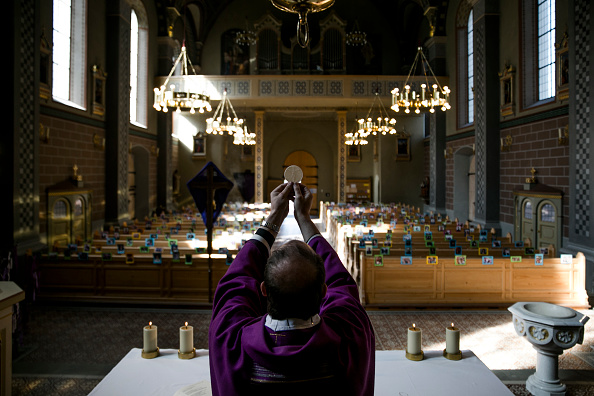Catholicism「Austrian Priest Holds Daily Mass, His Congregation Represented By Photos」:写真・画像(15)[壁紙.com]