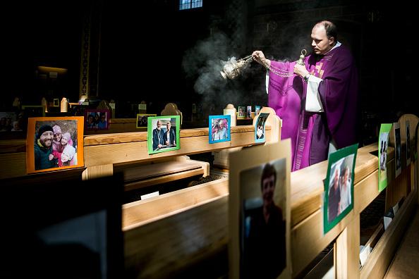 Religion「Austrian Priest Holds Daily Mass, His Congregation Represented By Photos」:写真・画像(12)[壁紙.com]