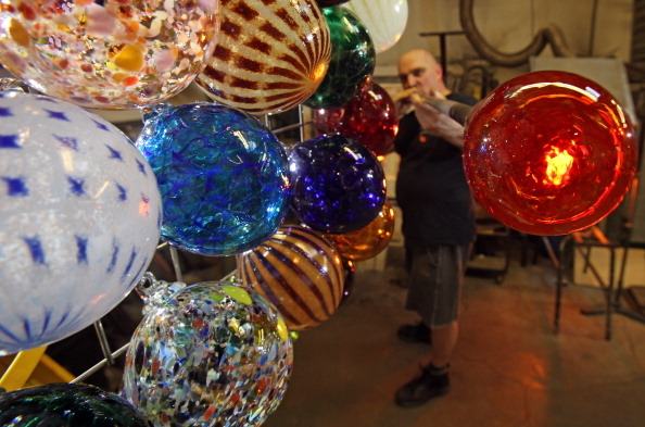 Christmas Ornament「Traditional Glass Christmas Baubles Are Made By Glass Blowers」:写真・画像(0)[壁紙.com]