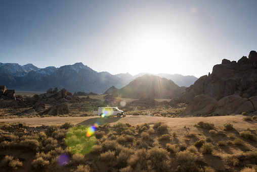 Praying「Living the beautiful van life in the desert」:スマホ壁紙(12)