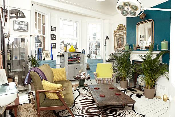 Antique dealers living room furnished with stock.:スマホ壁紙(壁紙.com)