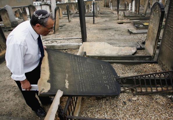 Hate Crime「Graves Are Desecrated In Anti-Semitic Attack」:写真・画像(11)[壁紙.com]