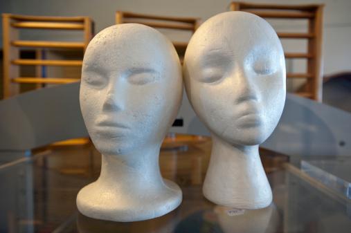 擬人化「Two styrofoam mannequin heads on glass surface」:スマホ壁紙(11)