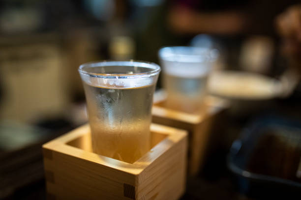 Japan, Takayama, Sake served in masu in traditional Japanese restaurant:スマホ壁紙(壁紙.com)