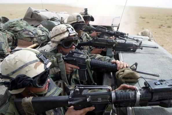 Surrendering「US Forces Enter Southern Iraq」:写真・画像(6)[壁紙.com]