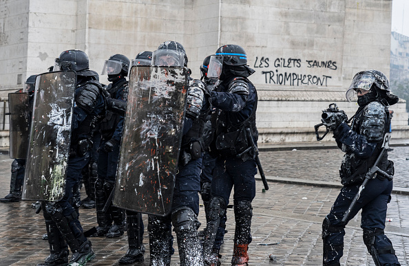 Paris - France「France's 'Yellow Vest' Protesters Return to Champs-Elysees」:写真・画像(15)[壁紙.com]