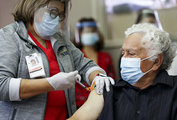 San Diego「Southern California Hospital Administers Pfizer COVID-19 Vaccine To Long-Term Care Patient」:写真・画像(8)[壁紙.com]