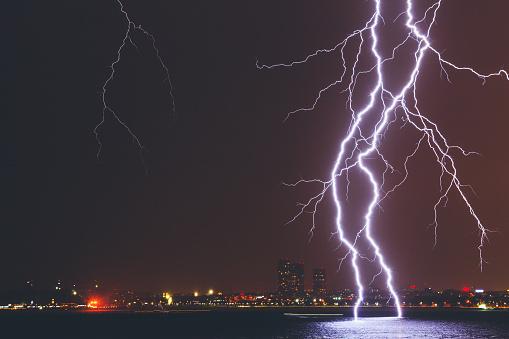 Thunderstorm「Lightning Strike Over City」:スマホ壁紙(10)