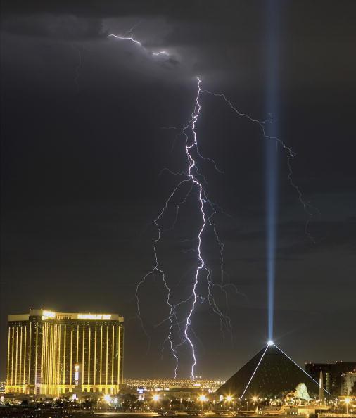 Mandalay Bay Resort and Casino「Lightning Storm Surges Over Las Vegas」:写真・画像(12)[壁紙.com]