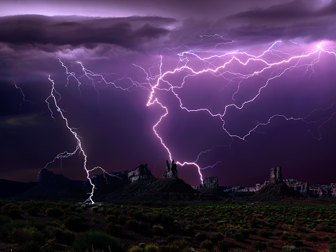 雷「Lightning storm, Valley of the Gods, Utah, America, USA」:スマホ壁紙(19)
