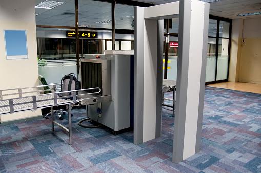 保護「空港セキュリティーチェックポイント、お荷物や身体のスキャン」:スマホ壁紙(4)