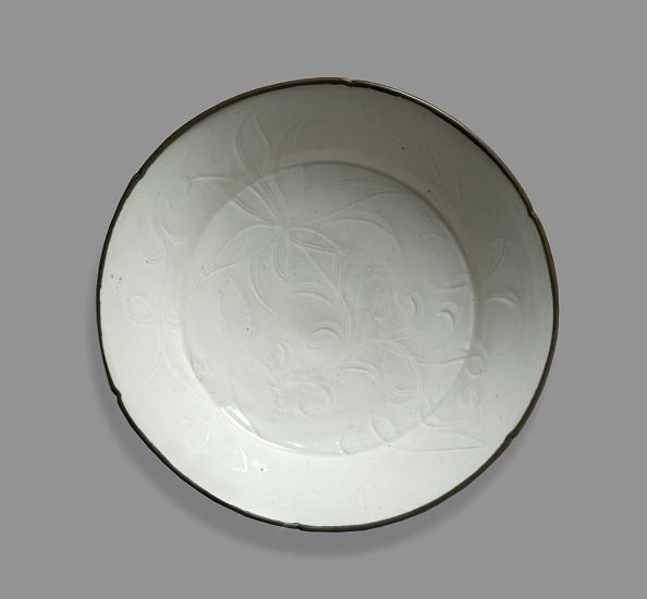 Gray Background「White Ware Dish With Lotus Decoration」:写真・画像(6)[壁紙.com]