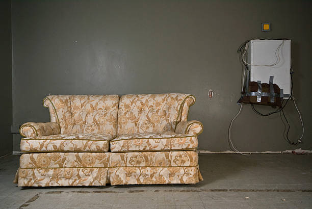 derelict couch:スマホ壁紙(壁紙.com)