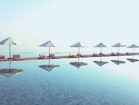 Resort「Parasols reflected in a swimming pool with beach behind」:スマホ壁紙(11)
