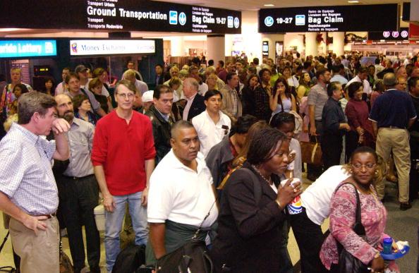 Crowd「Security Breach Causes Evacuations At Miami Airport」:写真・画像(2)[壁紙.com]