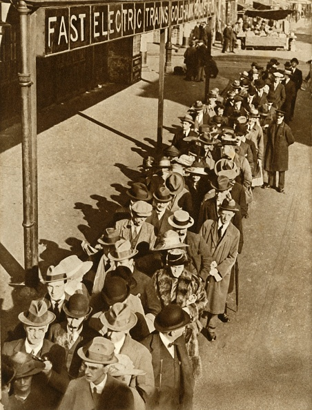 Electric Train「Passengers Waiting At Goldhawk Road Station In London During The Railway Strike」:写真・画像(14)[壁紙.com]