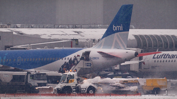 Heathrow Airport「Snow And Ice Continue To Cause Travel Chaos Throughout The UK」:写真・画像(1)[壁紙.com]