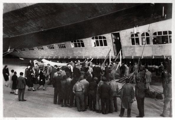 Passenger Cabin「Passengers boarding Zeppelin LZ 127 'Graf Zeppelin', 1933.」:写真・画像(2)[壁紙.com]